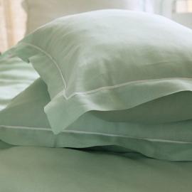 Mintfarbener Kissenbezug mit weißer Paspelierung aus Leinen
